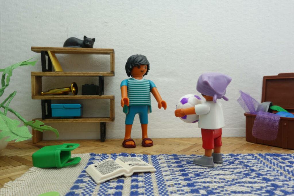 ein Kind und eine Erwachsene spielen miteinander